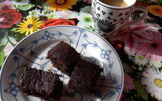 Deze Chocoladecake (glutenvrij, suikervrij en lactosevrij) is eigenlijk heel per ongeluk ontstaan, maar werkt zo goed dat ondanks dat ik hem in de afgelopen week vier keer heb gemaakt, hij iedere keer perfect uit de oven komt en hetzelfde smaakt en voelt. Gewoonweg perfect! En heel eenvoudig. En erg voedzaam vanwege de amandelmeel, biologische eieren …