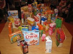 Verzamel in de weken voorafgaand aan het project allemaal doosjes van etenswaar en drinken. Ik heb de ouders van de klas gevraagd om te helpen sparen. In de klas stond een grote doos waar iedereen de doosjes kon doen.