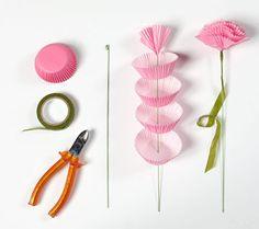 זר פרחים מעטרות נייר מה צריך: עטרות נייר בגוונים שונים מקלות ברזל ירוקים (להשיג בחנויות בחנויות יצירה) סרט ליפוף ירוק (להשיג בחנויות בחנויות יצירה) קאטר צבע אקריליק מעורבב במעט מים קערה    איך מכינים: מעקמים מעט את קצהו העליון של מקל הברזל בעזרת קאטר. נועצים את קצהו השני של מקל הברזל (שלא עוקם) במרכז עטרת הנייר ומכווצים את חלקה התחתון. חוזרים על אותה פעולה עם שמונה עטרות נייר נוספות, כדי שיתקבל פרח בעל נפח. מלפפים את הסרט על מקל הברזל - מתחילים בחלקו העליון (צמוד לעטרות הנייר) ויורדים כלפי…