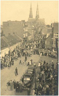 Fotoalbum van de bevrijding van de Eindhoven op 18 en 19 september 1944, met serie van 41 foto's. Grote Berg:toeloop van de bevolking. Foto genomen vanaf het Politiebureau Auteur: Beurden, A. van - 1944