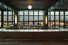Le Wythe, boutique hotel le plus branché de Brooklyn à Williasmburg, accueille au sixième et dernier étage un bar rooftop éminemment branché. Ni tables, ni réservations comme pour mieux se démarquer de Manhattan mais des vues magnifiques sur la skyline de l'autre côté de l'East River.