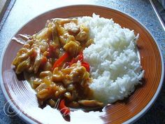 """""""Čína s jasmínovou rýží""""SUROVINYkuřecí prsíčka, paprika, cibule, arašídy, sojová omáčka, čínská omáčka, solamyl(škrobová moučka), voda, sůl, čínské zelí...kdo chce, může si přidat mraženou čínskou směs a houbyPOSTUP PŘÍPRAVYKuřecí prsíčka naklepeme, osolíme a nakrájíme na nudličky. Očištěnou cibulinakrájíme na půlkolečka a restujeme pod pokličkou. Mezitím si na nudličky nakrájíme papriku a čínské zelí. K orestované cibuli přidáme nakrájené maso, orestujeme a mírně podlijeme vodou...."""