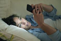 El móvil e Internet han cambiado nuestras vidas. Es un cambio integral, en todos los sentidos. Han alterado nuestras costumbres vitales, sociales, laborales...Los médicos están desconcertados porque no saben cómo esta nueva forma de utilizar la tecnología afecta a nuestro cuerpo. ¿Qué efecto tiene la luz de las pantallas en la vista?¿Y la multitarea en nuestro cerebro?Los mensajes del móvil, las notificaciones y los emails nos distraen continuamente hasta el...