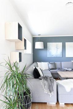 Opter pour un mur de couleur en déco Yellow Accent Chairs, Yellow Sofa, Small Room Bedroom, Blue Bedroom, Small Rooms, Tufted Sofa, Cushions On Sofa, Couch, St Pauls Blue