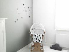 berceau-bebe-pas-cher-design-en-bois-clair-pour-la-chambre-bebe-grise