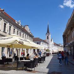 #rainbowRTW - Il centro di #Oradea pieno di locali e dehor vivaci per tutta la giornata. Una città giovane e piacevole nel distretto di #Bihor ottima base di partenza per un tour in #Romania!