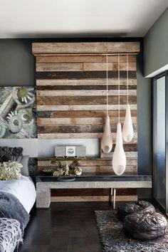 lambris mural, revêtement déco en bois récupéré, suspensions blanches, chambre à coucher
