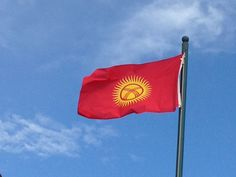 Kirguistán: el rojo representa la paz, el sol y sus 40 rayos son las 40 familias integrantes del pueblo kirguis.