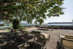 Bezaubernde Ferienvilla am See mit eigenem Privatstrand und umschlossenen Garten - Salò Outdoor Furniture Sets, Outdoor Decor, Strand, Patio, Old Mansions, Parking Space, Lake Garda, Cottage House, Pets