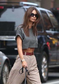 Emily Ratajkowski flashes her midriff in a grey crop top-Emily Ratajkowski flashes her midriff in a grey crop top Effortlessly chic: The model turned actress showed off her toned torso in a cr… - Mode Outfits, Casual Outfits, Fashion Outfits, Fashion Tips, Fashionable Outfits, Ladies Fashion, Fashion Clothes, Fashion Trends, Grey Crop Top