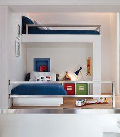 Com a chegada da irmã, os dois meninos da casa passaram a dividir este espaço, reformulado pela arquiteta Fernanda Moreira Lima. A solução foi criar mais um nível, onde fica a segunda cama. O guarda-corpo de metal garante a segurança