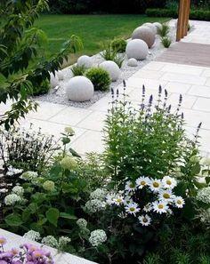 Moderne tuin met bloemen en bollen