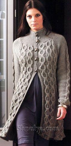Серое пальто с рельефным узором, вязаное спицами