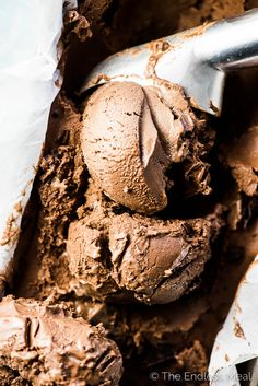 Chocolate Banana Ice Cream tastes EXACTLY like chocolate ice cream and is made with only 3 ingredients and they're all healthy. Best Ice Cream Flavors, Dips Ice Cream, Healthy Ice Cream, Vegan Ice Cream, Ice Cream Recipes, Waffle Ice Cream Sandwich, Chocolate Banana Ice Cream, Vegan Sugar, Nice Cream
