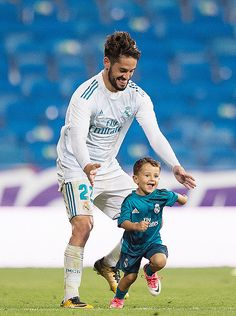 Isco Alarcon of Real Madrid CF plays with his son Francisco after the La Liga match between Real Madrid and Espanyol at Estadio Santiago Bernabeu on October 2017 in Madrid, Spain. Soccer Theme, Soccer Boys, Football Boys, Kids Sports, Real Madrid Football, Real Madrid Players, Best Football Team, Soccer Relationships, Isco Real Madrid