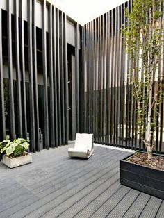 Garden screening isn't just ideal for privacy and fashion, it can likewise be used to supply safety in your garden. It gives us a sense of privacy, but it can also make a garden feel smaller. #DiyGarden S#DreamGarden #GardenProjects #GardenLandscaping #HomeAndGarden #LandscapingIdeas #GardenTrellis #HerbGarden #PrivacyFenceLandscaping Privacy Fence Decorations, Backyard Privacy, Backyard Landscaping, Backyard Ideas, Facade Design, Fence Design, Architecture Design, House Design, Building A Fence