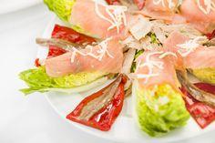 Insalata di tonno, peperoni, acciughe e #salmone affumicato servito su un letto di lattuga. #cucinedalmondo #ricette