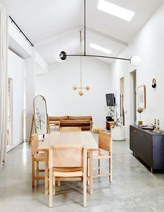 The modular design house of Bec Dowie - Douglas and Bec - in New Zealand - Room Design Douglas And Bec, Dining Table Lighting, Dining Area, New Zealand Houses, Farmhouse Side Table, Farmhouse Style, Dining Room Design, Interiores Design, Decoration