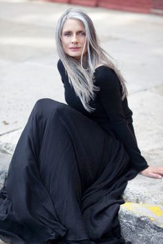 88 Gorgeous Pixie Haircuts for Older Women - Hairstyles Trends Silver White Hair, Long White Hair, Grey Hair Old, Pelo Color Plata, 50 Y Fabuloso, Silver Haired Beauties, Grey Hair Inspiration, Beautiful Old Woman, Ageless Beauty