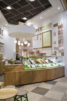 Buttercup Cake Shop, di London. Modern, elegan, dan nyaman. Display dibuat mempermudah orang untuk melihat produk, dan lampu sekali lagi bermain disini unik ya bentuknya. Meja kecil pun tampak untuk sekedar orang menyantap makanan dan berbincang singkat..