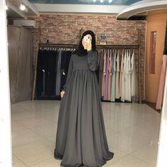 Fashion Model Standing Style Ideas For 2019 Hijab Gown, Hijab Style Dress, Abaya Fashion, Fashion Dresses, Dress Outfits, Fashion Models, Girl Fashion, Style Fashion, Moslem Fashion