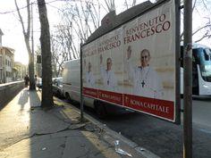 Bienvenida de papel. Un día después de la elección del Papa Francisco, múltiples calles de la capital romana muestran carteles de bienvenida al nuevo Pontífice. Todos tienen la primera imagen oficial de Francisco, al salir por el famoso balcón.