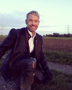 Keep smiling #suit #Anzug #Dreiteiler #Weste #einreiher #dressman #motivation #lederhose #Leder #leatherpants #leathermen #leathersuit #career #Karriere #Boss #businessman #businesssuit #erfolg #erfolgreich #success #rubber #rubberwear #rubberpants #rubbermen #elegance #motivation #gay #gaymen #gay #leather