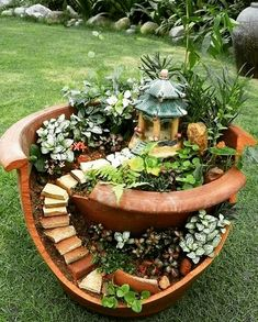 Have you ever seen a fairy garden? It is a miniature garden, a small magical wor. - Have you ever seen a fairy garden? It is a miniature garden, a small magical world you can create i - Broken Pot Garden, Fairy Garden Pots, Fairy Garden Houses, Diy Garden, Gnome Garden, Garden Care, Garden Crafts, Garden Projects, Garden Landscaping