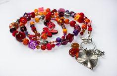 Wunderschöne lange Bettelkette in trendigen Farbtönen, lila, rot und orange.  Verwendet habe ich dafür diverse Glasperlen, Holzperlen, Kunststoff...