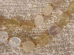 Gamla knappar i burken får nytt liv genom att varva pärlor och knappar med fiskelina.  Den som inspirerade mig var Kristina Ersviken..Hon är hemslöjdskonsulent. Hennes halsband var i skimrade…