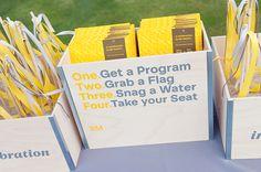 Une boite avec des instructions dessus et les livrets de ceremonie dedans (1/prenez un livret, 2/prenez un drapeau, 3/prenez une bouteille d'eau, 4/prenez place)