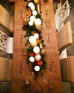 Personalized brown paper tablecloth with candles and Personalisierte Tischdecke aus braunem Papier mit Kerzen und Grün. Personalized brown paper tablecloth with candles and greenery. Thanksgiving Table Settings, Thanksgiving Decorations, Christmas Decorations, Thanksgiving Tablescapes, Outdoor Thanksgiving, Holiday Tablescape, Thanksgiving Parties, Thanksgiving Name Cards, Lunch Table Settings