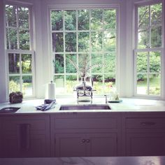 Kitchen window over sink modern interior design 26 Trendy ideas Window Over Sink, Bay Window Kitchen, Kitchen Windows, Kitchen Interior Diy, Farmhouse Sink Kitchen, Modern Farmhouse, Hamptons Kitchen, Courtyard House Plans, Family Room Decorating