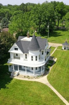 1900 Victorian For Sale In Lamberton Minnesota — Captivating Houses Fresco, Victorian Style Homes, Victorian Interiors, Victorian Houses, Villa, London Apartment, Old Farm Houses, Romantic Homes, House Goals
