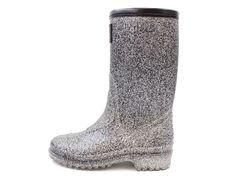 5de4fde55ab3 Cool sorte gummistøvler med sølvglimmer til piger fra Petit by Sofie  Schnoor. Køb lækre sko