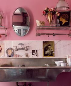 No one adores pink more than the fabulous and funky Betsey Johnson. Her New York apartment is a great inspiration. How To Use Pastels, Betsey Johnson, Estilo Kitsch, Deco Cool, Decoracion Vintage Chic, Trendy Home Decor, Design Blog, Design Ideas, Pink Walls