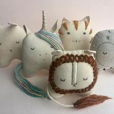 Best 12 Ok how super beautiful are these handmade soft toys by mother/daughter duo Ez & Kaia Pudewa? They run a business called – SkillOfKing. Sewing Toys, Sewing Crafts, Sewing Projects, Felt Crafts, Fabric Crafts, Diy And Crafts, Softies, Plushies, Baby Toys