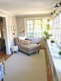 Surf photos of sunroom styles as well as decoration. Discover ideas for your four seasons room addition, consisting of inspiration for sunroom decorating as well as formats. Sunroom Office, Small Sunroom, Sunroom Playroom, Conservatory Decor Small, Small Enclosed Porch, Ideas Terraza, Sunroom Decorating, Sunroom Ideas, Florida Decorating Ideas