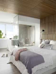 chambre adulte avec lambris de plafond et des mur