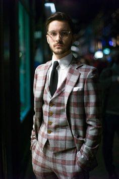 チェック柄の個性派スーツもこの着こなし。30代アラサー男性におすすめのスーツベスト。