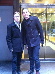 Ahhh he looks so HOT right now! I LOVE that coat and boy do I wish I could just run into him on the street.... {@shanessaunders Mar 1 So I just met #PushingDaisies' Lee Pace during lunch... #twilight }