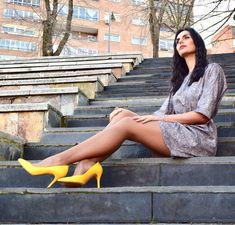 Alex Muhi, bloguera de moda en Instagram, nos presenta estos estupendos salones amarillos de la nueva colección Primavera Verano 2018...Preciosos!! 💛💛💛 Instagram, Living Room Yellow, Spring Summer 2018, Salons, Shoes Sandals, Over Knee Socks, Beauty, Photos