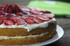 Μια εύκολη τούρτα με κρέμα συλαμπαμπ με πορτκάλι και γλυκό κρασί συνδυασμένη με φράουλες