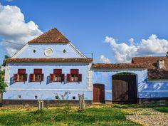 Și astăzi tot cu gândul la viața simplă de la țară sunt 🏡 Asta și pentru că pregătesc un nou articol pentru blog, despre cele mai frumoase muzee în aer liber din România - multe dintre ele sunt dedicate satului românesc ♥️ Abia aștept să îl citiți diseară și să îmi spuneți câte dintre ele ați vizitat 😄 Cabin, Mansions, House Styles, Home Decor, Decoration Home, Manor Houses, Room Decor, Cabins, Villas