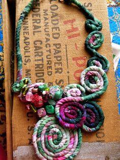 Fronda de helecho desecho textil y collar babero por OneManTrash