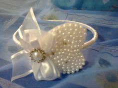 Tiara de corão bordada em pérolas , laços de fita e strass, na cor branca