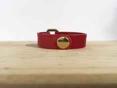 Pulsera realizada en piel de vaqueta color rojo.