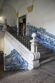 Bkue and white tiles. Escalera del hospital e San José, Lisboa. Portuguese Culture, Portuguese Tiles, Visit Portugal, Spain And Portugal, Tiled Staircase, Portugal Vacation, Victorian Farmhouse, Interior Stairs, Stairway To Heaven