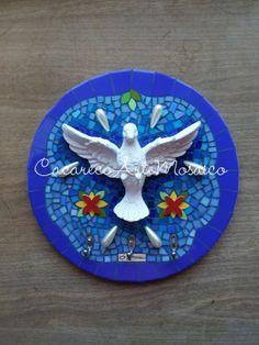 Cabide Divino.  Mosaico trabalhado com pastilhas de vidro, azulejos, apliques cerâmicos e gotas de pérolas. www.facebook.com/CacarecoArteMosaico