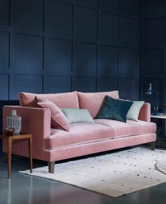 3 idées pour une déco en rose et bleu dans le salon | My Blog Deco Blue And Pink Living Room, Pink Room, Pink Furniture, Luxury Furniture, Sofa Furniture, Pink Sofa Design, Design Design, Design Trends, Interior Design